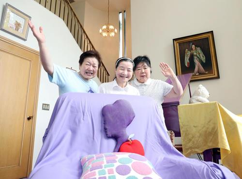 故美空ひばりさん愛用のソファーと笑顔で写真に納まる家政婦の3人。左から辻村あさ子さん、斎藤千恵子さん、関口範子さん(撮影・垰建太)