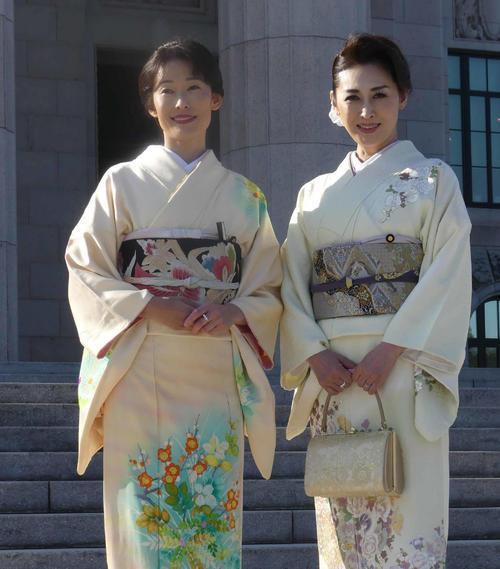 第198回通常国会が召集され、着物姿で登院した丸川珠代氏(左)と三原じゅん子氏(19年1月28日撮影)