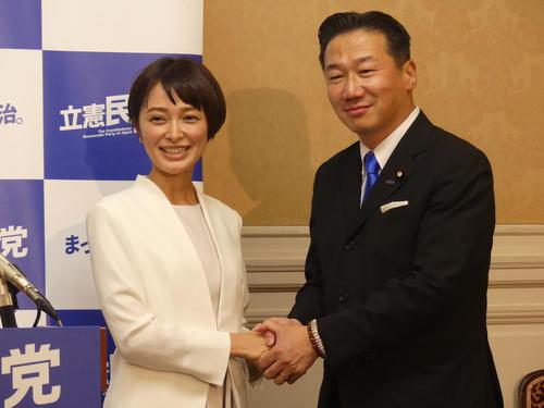 立憲民主党からの参院選比例代表出馬を表明した市井紗耶香氏。右は福山哲郎幹事長