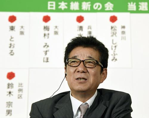 開票センターでテレビ局のインタビューに答える日本維新の会の松井代表(共同)
