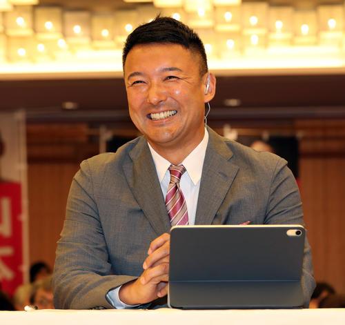 テレビ中継インタビューで満面の笑みを浮かべるれいわ新選組の山本太郎氏(撮影・大野祥一)