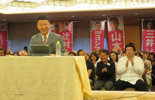 参院選の落選が確実となり、開いた会見で質問に笑みを浮かべた、れいわ新選組の山本太郎代表(撮影・村上幸将)