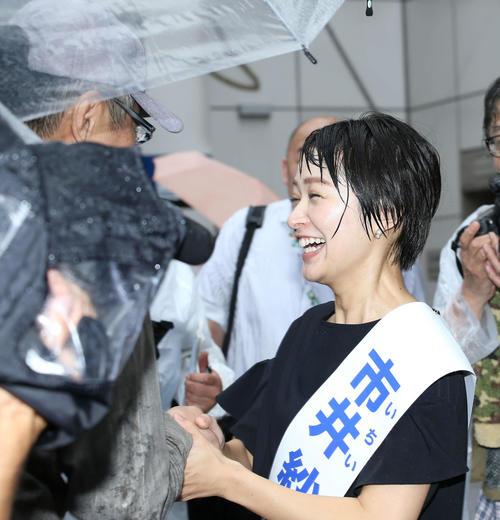 街頭演説を終え有権者と笑顔で握手を交わす、立憲民主党から出馬する市井紗耶香氏(2019年7月4日撮影)