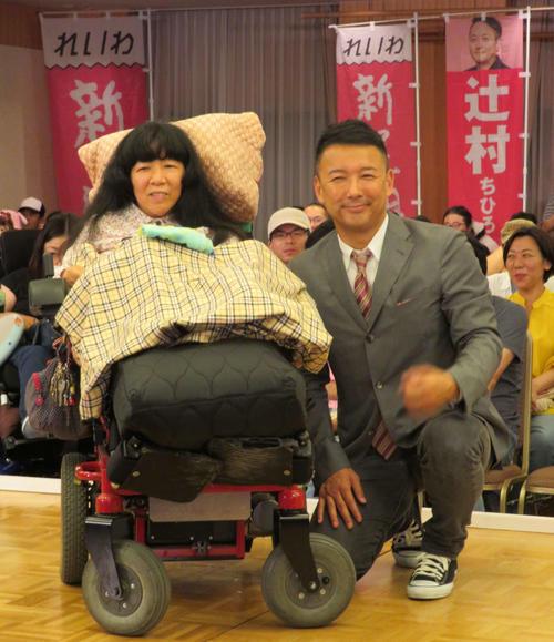 22日、当選確実となり、山本太郎代表とともに笑みを浮かべる木村英子氏(撮影・村上幸将)