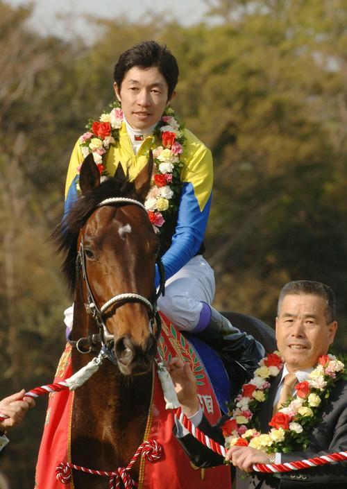 皐月賞を制したディープインパクトと武豊騎手、池江泰郎調教師(2005年4月17日撮影)