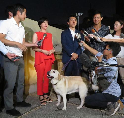 横須賀市の実家前で囲み取材を受ける滝川クリステル(左)と小泉進次郎衆院議員。下は滝川の愛犬アリス(撮影・佐藤成)