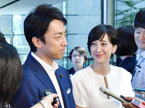 取材に応じる自民党の小泉進次郎衆院議員(左)と滝川クリステル(共同)