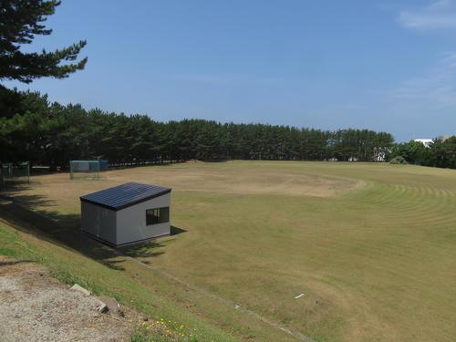 グラウンドは共用ではなく、野球部専用だ。三塁側には2つのブルペンがある。右翼後方には岩木山を望む