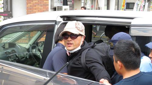 抵抗しながら捜査員に車で連行される宮崎文夫容疑者(撮影・佐藤勝亮)