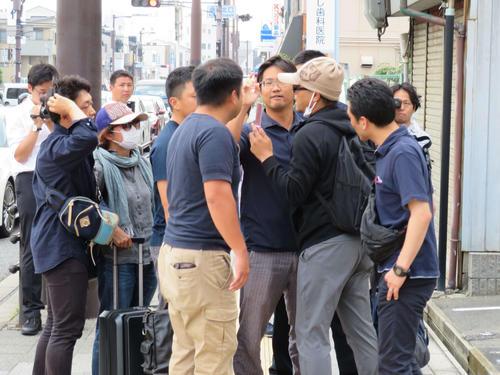 大阪市内で身柄を確保される前、捜査関係者ともめる宮崎文夫容疑者(撮影・佐藤勝亮)