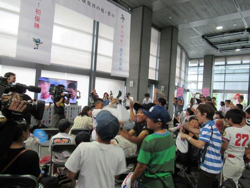 豊中市役所で行われたパブリックビューイングで、履正社の優勝に喜ぶ観客(撮影・星名希実)