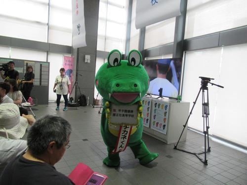 豊中市役所で行われたパブリックビューイングで、市のキャラクター「マチカネくん」は履正社の優勝を祝う(撮影・星名希実)