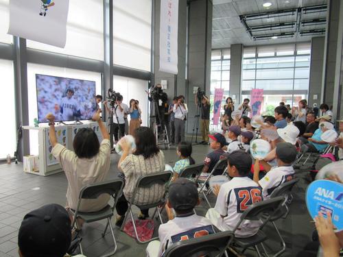 豊中市役所で行われたパブリックビューイングで、履正社・井上の3ランに喜ぶ観客(撮影・星名希実)