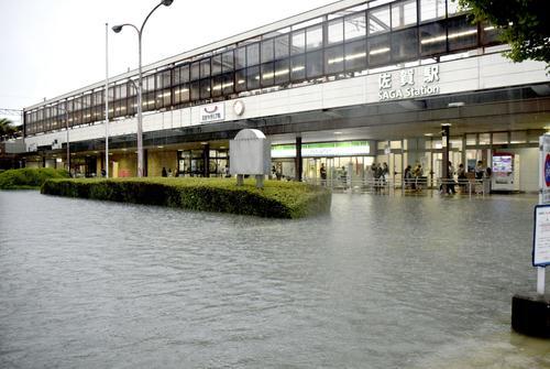 大雨の影響で冠水したJR佐賀駅前(共同)