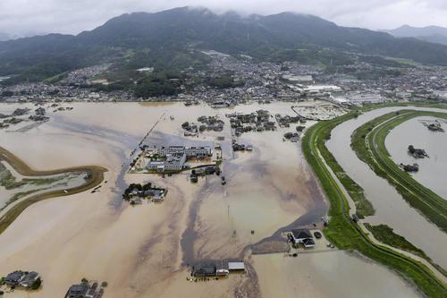 大雨で浸水した佐賀県武雄市(共同)