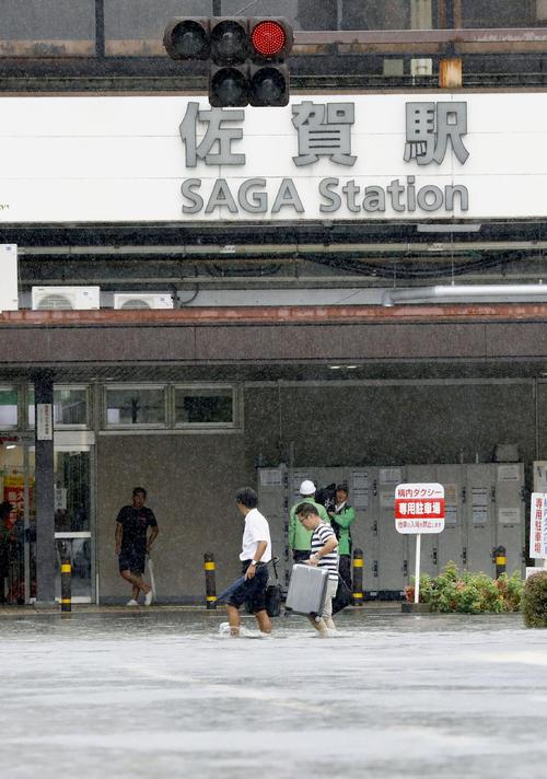 大雨で冠水したJR佐賀駅前(共同)