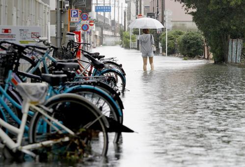 冠水した佐賀市の道路(共同)