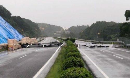のり面と路面が変形した長崎自動車道(西日本高速道路提供=共同)