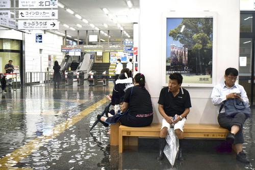 大雨の影響で浸水したJR佐賀駅の構内(共同)