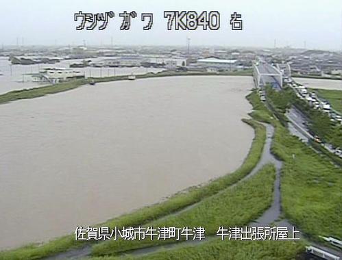 大雨の影響で増水した佐賀県小城市内を流れる牛津川(国土交通省九州地方整備局提供=共同)