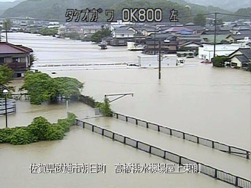 大雨の影響で増水した佐賀県武雄市内を流れる武雄川(国土交通省九州地方整備局提供=共同)
