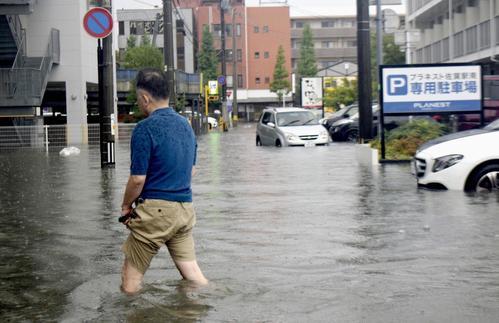 大雨の影響で冠水した佐賀市内の道路(共同)