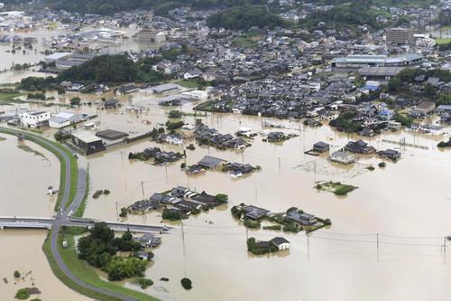 大雨の影響で浸水した佐賀県武雄市の市街地(共同)