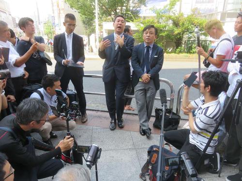JR新宿駅東口の交番前でN国の立花孝志党首(左)と菅野完氏が路上討論を展開した(撮影・大上悟)