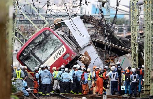 京浜急行の電車がトラックと衝突した事故現場(撮影・狩俣裕三)