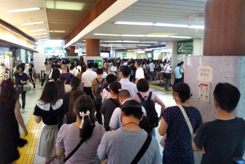 台風15号の影響で混乱するJR新木場駅=9日午前11時半(撮影・鹿野芳博)