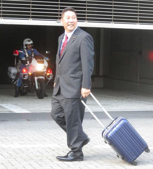 脅迫容疑の事情聴取のため警視庁月島署を訪れた立花孝志参院議員(撮影・大上悟)