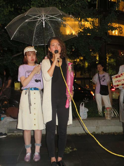 4年前に性暴力の被害に遭った際に着ていた服を、初めて着用してスピーチする伊藤詩織さん(撮影・村上幸将)