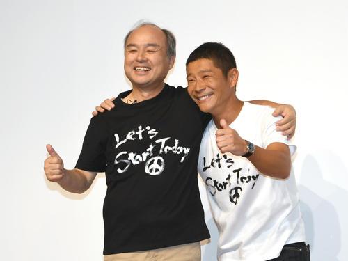 ゲストで出席したソフトバンクの孫正義会長(左)とZOZOの前代表・前澤友作氏がガッチリと肩を組んだ(撮影・酒井清司)