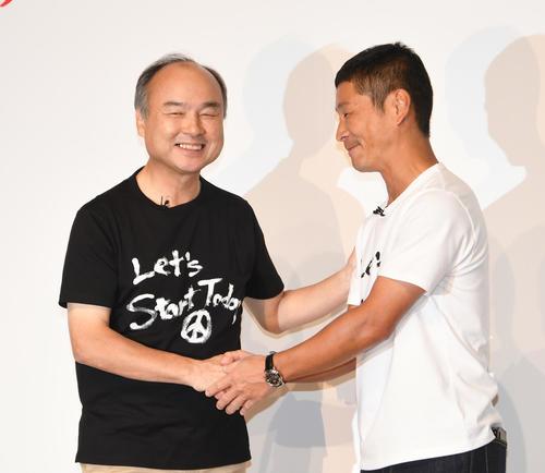ゲストで出席したソフトバンクの孫正義会長(左)とZOZOの前代表・前澤友作氏がガッチリと握手(撮影・酒井清司)