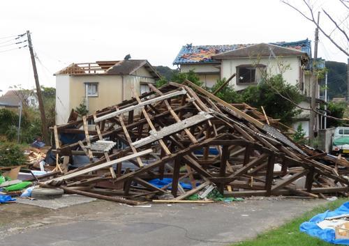 台風15号で倒壊した建物(撮影・佐藤成)