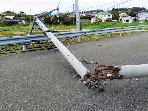 台風15号で倒れた電信柱(撮影・佐藤成)