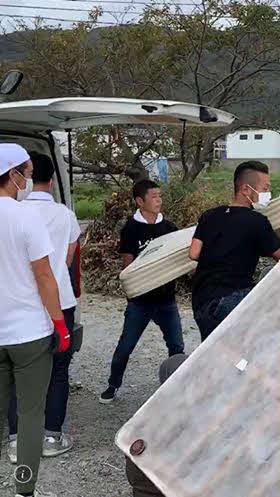 千葉県鋸南町で一ボランティアとして活動する前澤友作氏(中央)