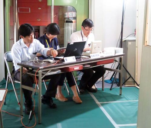 君津市内の清和公民館では、停電で発電機を使用し期日前投票がスタートした(撮影・近藤由美子)