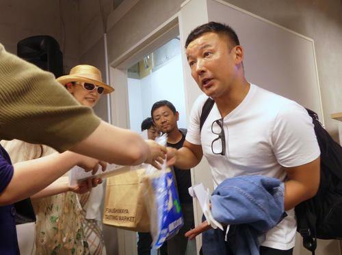 事務所開きを終えた山本太郎代表は、支援者からさまざまなものを手渡された(撮影・中山知子)