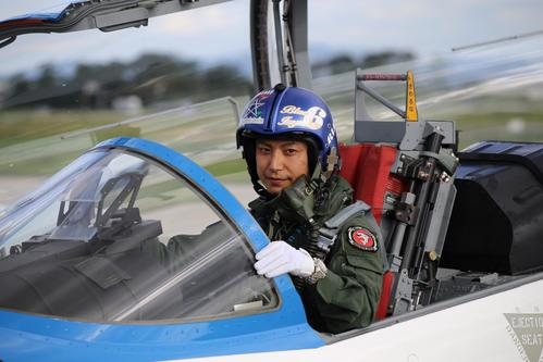 愛機に搭乗する航空自衛隊ブルーインパルス6番機の佐藤貴宏1等空尉