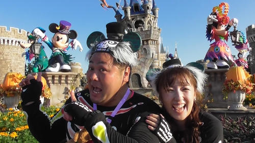 ミッキー、ミニーの前で笑顔を見せるプロレスラーNORI(左)と元タカラジェンヌ七瀬りりこ(撮影・鹿野芳博)