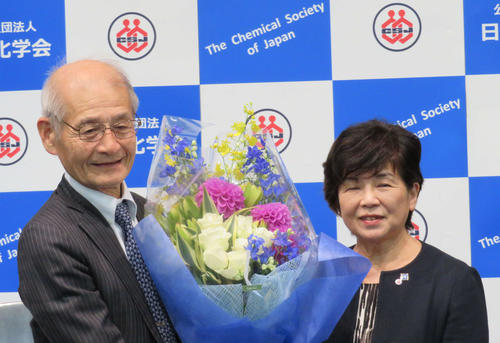 日本化学会で、川合真紀会長から花束を贈られた吉野彰氏(撮影・村上幸将)