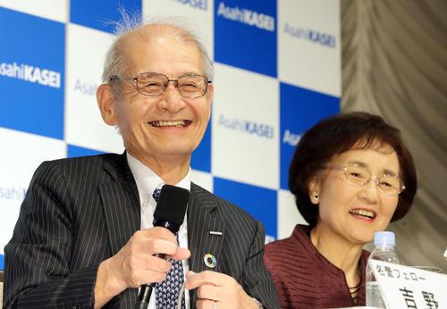ノーベル化学賞を受賞した吉野彰さん(左)は久美子夫人と共に会見で笑顔を見せる(撮影・浅見桂子)