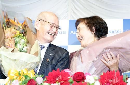 ノーベル化学賞を受賞した吉野彰さん(左)は久美子夫人と見つめ合いながら笑顔を見せる(撮影・浅見桂子)
