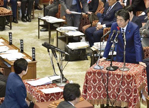 衆院予算委で、立憲民主党の辻元清美氏(左下)の質問に答える安倍首相(共同)