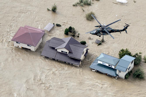 13日午前8時16分、長野市穂保 冠水した市街地を上空から警戒する自衛隊ヘリ(共同)
