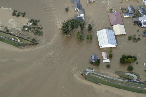 13日午前8時16分、長野市穂保 台風19号による大雨で増水し、堤防が決壊した千曲川(共同)