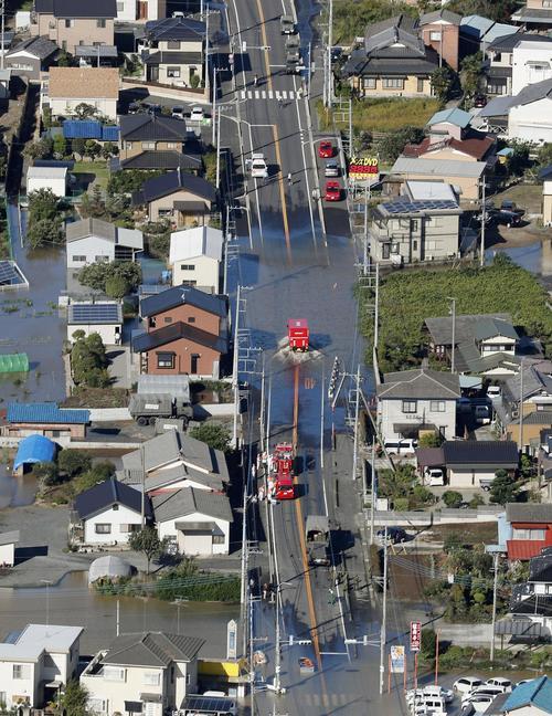 13日午前8時21分、栃木県足利市 台風19号の大雨で浸水した道路(共同)