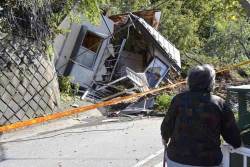 13日午前9時16分、相模原市緑区 台風19号による土砂崩れで倒壊した民家(共同)