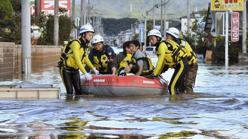 13日午前8時1分、福島県いわき市平下平窪 河川の氾濫で孤立しゴムボートで救助される人たち(共同)